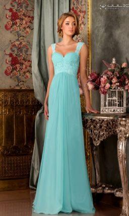 Голубое вечернее платье с длинной прямой юбкой и эффектным вырезом сзади.