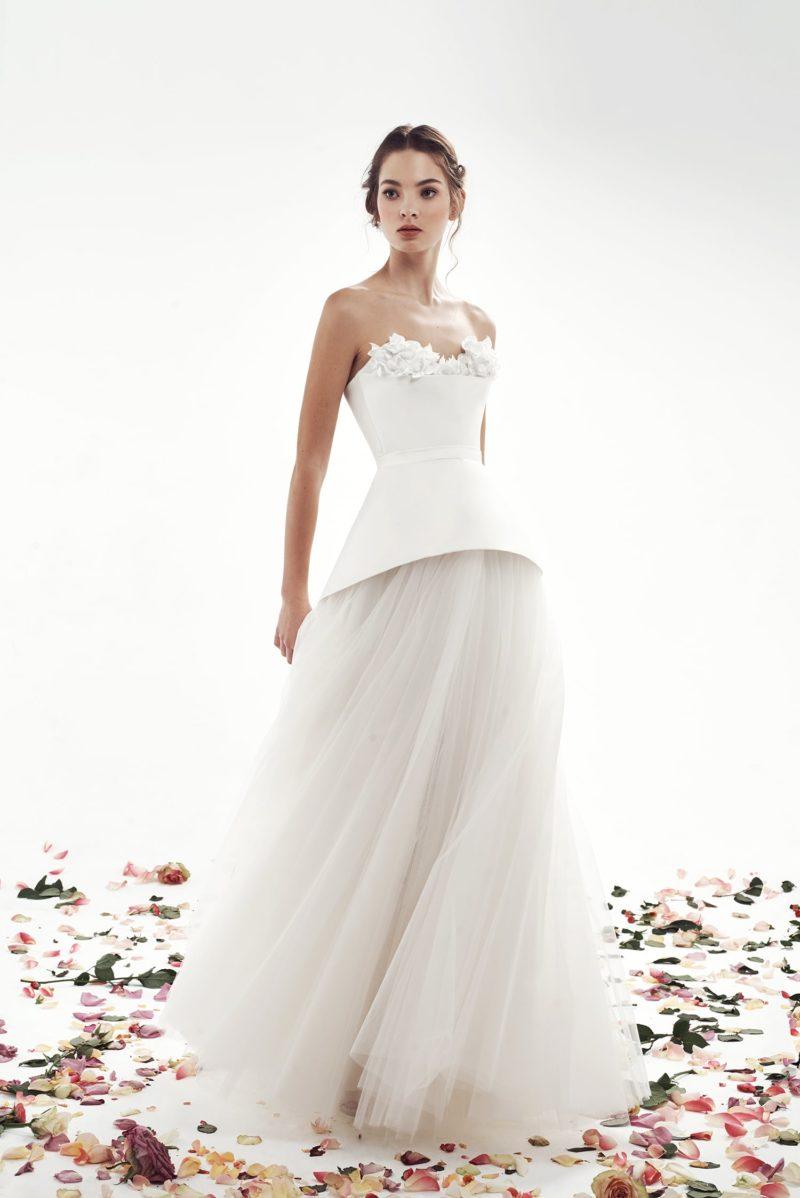 Свадебное платье с необычной баской и фактурным открытым декольте.