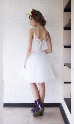 Кокетливое свадебное платье с пышной юбкой до колена и кружевным лифом.