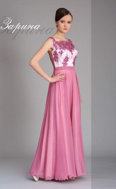 Фиалковое вечернее платье прямого кроя с глянцевым декором закрытого верха.