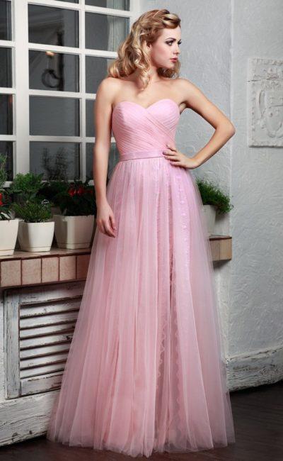 Прямое вечернее платье розового цвета с драпировками на корсете.