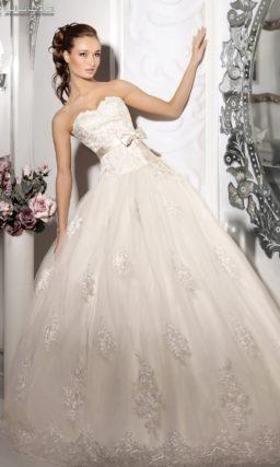 Пышное свадебное платье с атласным поясом, украшенным бантиком.