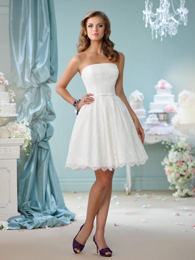 Изящное свадебное платье до колена с кружевным декором низа подола.