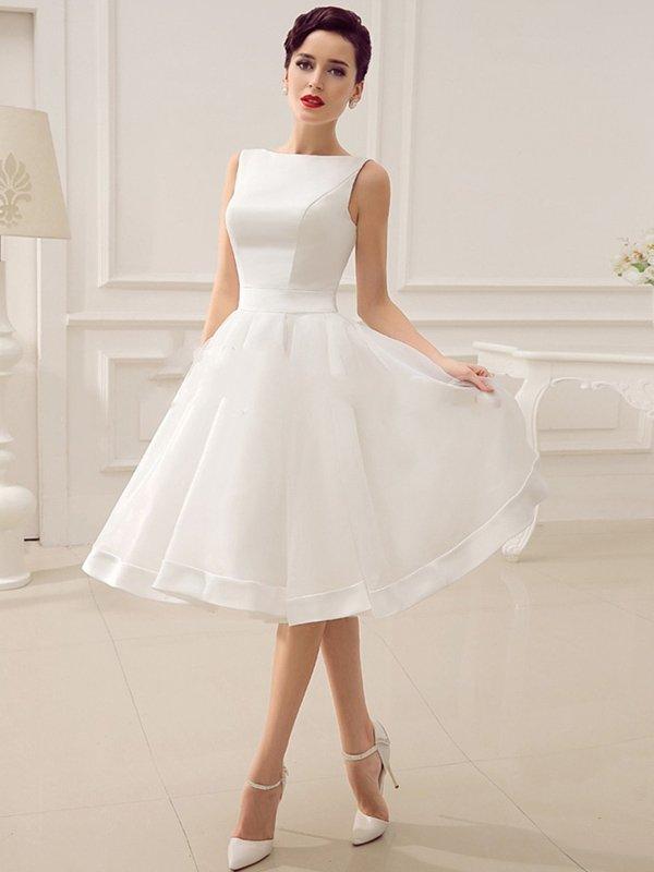 Свадебное платье в винтажном стиле, с вырезом бато и юбкой миди.