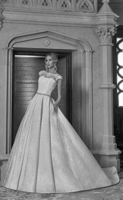 Свадебное платье из фактурной ткани
