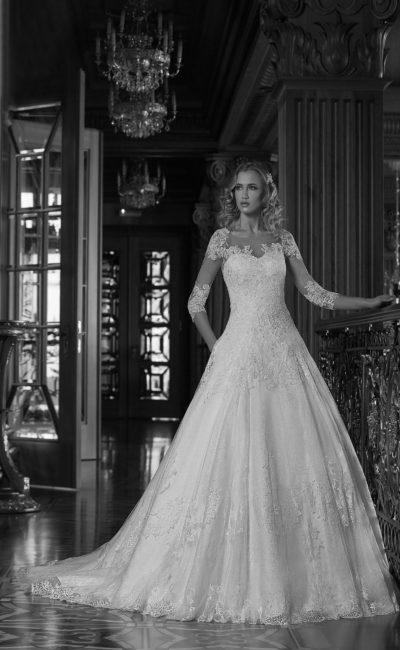 Роскошное свадебное платье пышного кроя с кружевным декором и длинными рукавами.