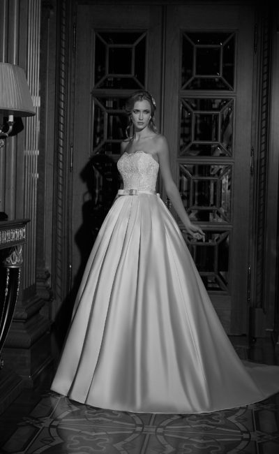 Элегантное свадебное платье с атласной юбкой со шлейфом, дополненное кружевным болеро.