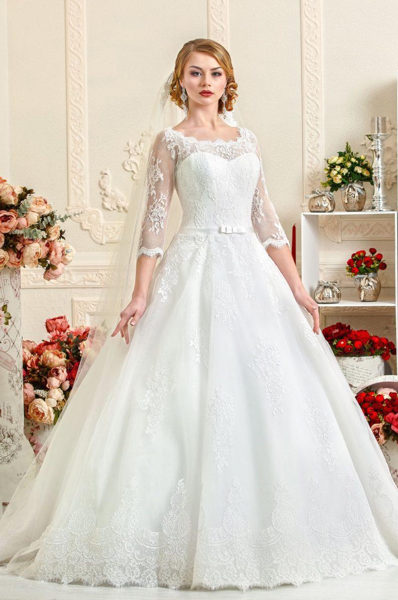 Свадебное платье «принцесса» с фигурным округлым вырезом и изящными рукавами.