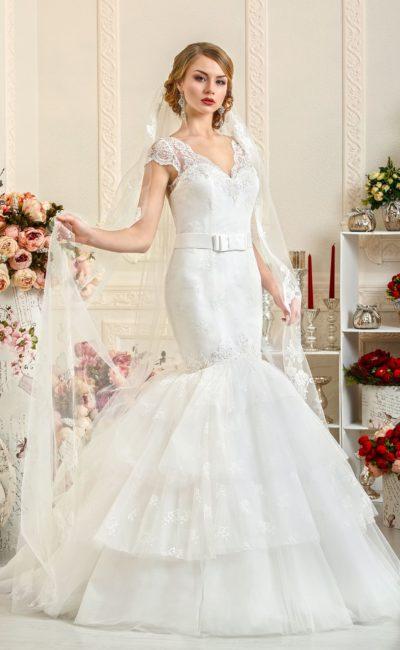Атласное свадебное платье с многоярусной юбкой «русалка» и короткими кружевными рукавами.