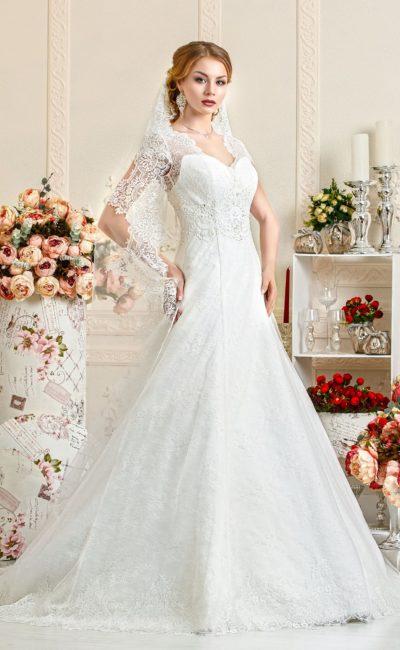 Элегантное свадебное платье «трапеция» с широкими кружевными бретелями над открытым лифом.