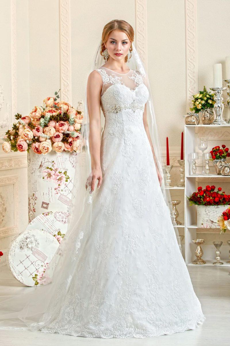 Cвадебное платье с кружевным полупрозрачным декольте.