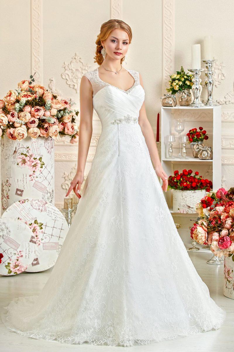 Кружевное свадебное платье с элегантным декольте и женственной юбкой со шлейфом.