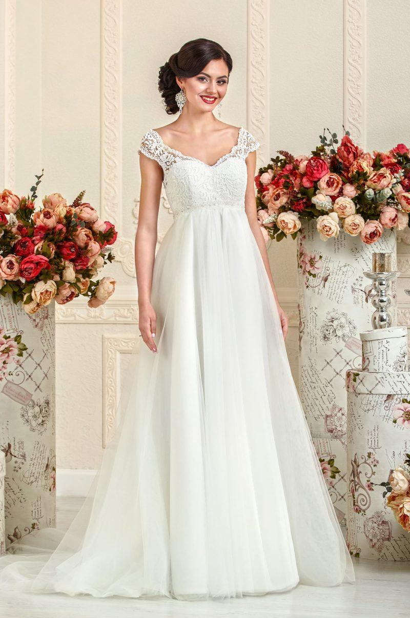 Сдержанное свадебное платье в ампирном стиле, с V-образным вырезом и кружевными бретелями.
