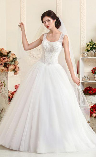 Шикарное свадебное платье с воздушной юбкой и элегантным лифом с округлым вырезом.