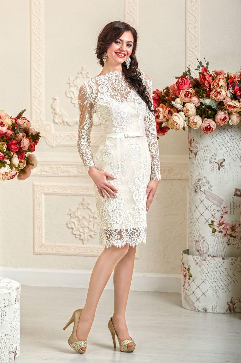 Свадебное платье силуэта «футляр» длиной до колена, украшенное кружевной тканью.