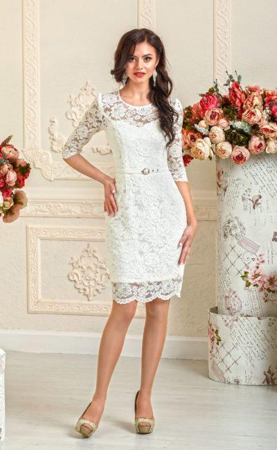 Кружевное свадебное платье силуэта «футляр» с длинными облегающими рукавами.