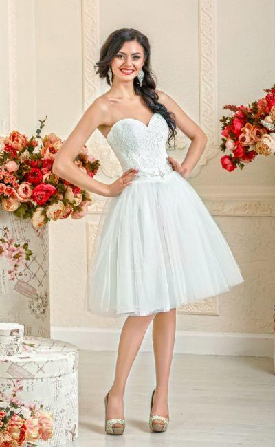 Роскошное свадебное платье с многослойной юбкой чуть выше колена и облегающим корсетом.