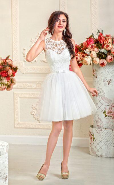 Кокетливое свадебное платье с короткой юбкой и облегающим кружевным верхом с поясом.
