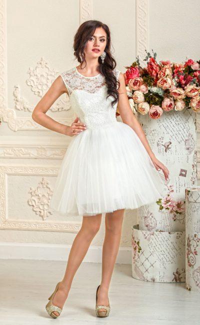 Пышное свадебное платье длиной до середины бедра, декорированное сверху кружевом.