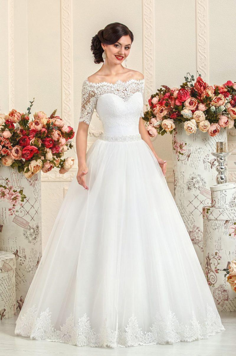 Свадебное платье с поясом, украшенным бисером, и короткими кружевными рукавами.
