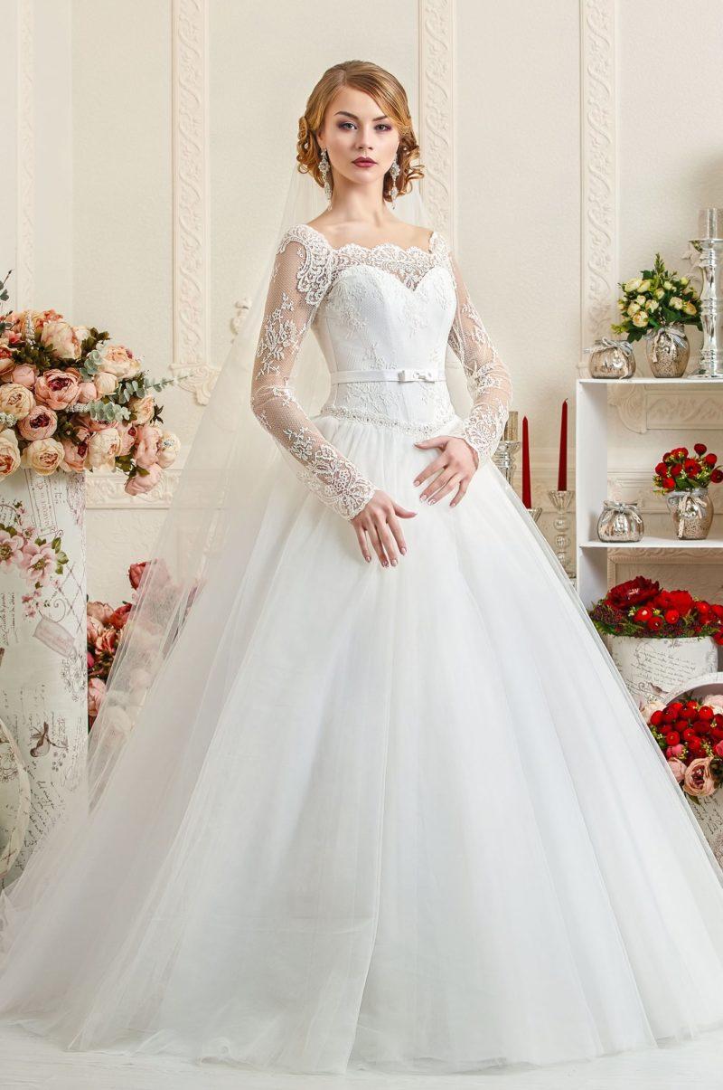 Романтичное свадебное платье с кружевными рукавами и фигурным декольте.