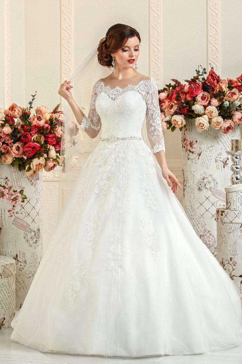 Свадебное платье с узким сверкающим поясом и кружевной отделкой открытого корсета.