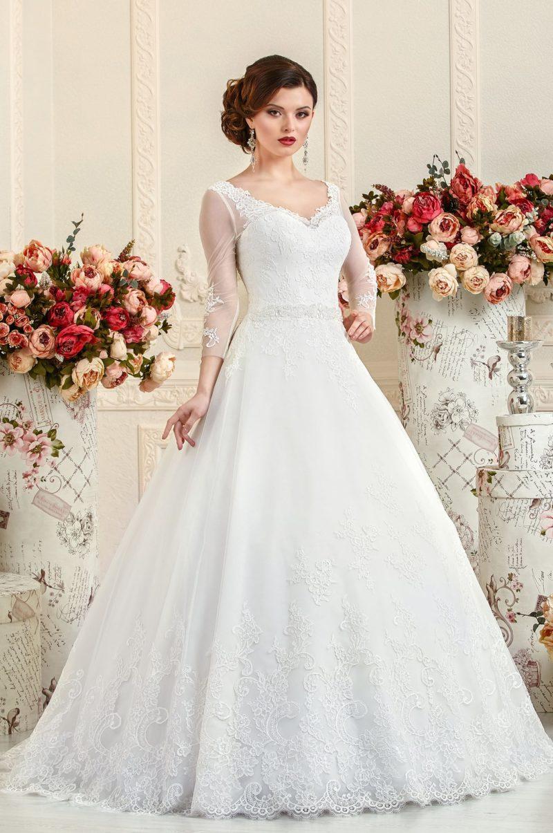 Свадебное платье кроя «трапеция» с соблазнительным декольте и длинными рукавами.