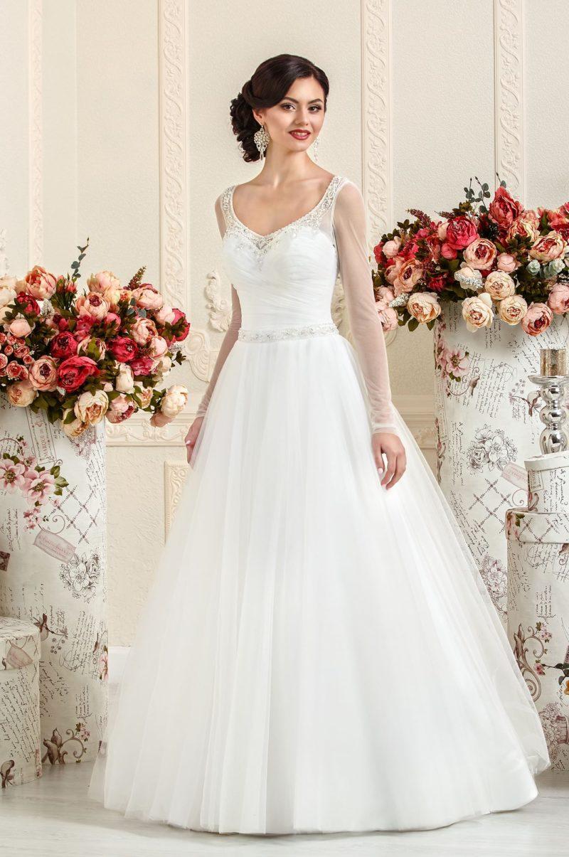 Элегантное свадебное платье с декольте, украшенным по краю бисерной вышивкой.