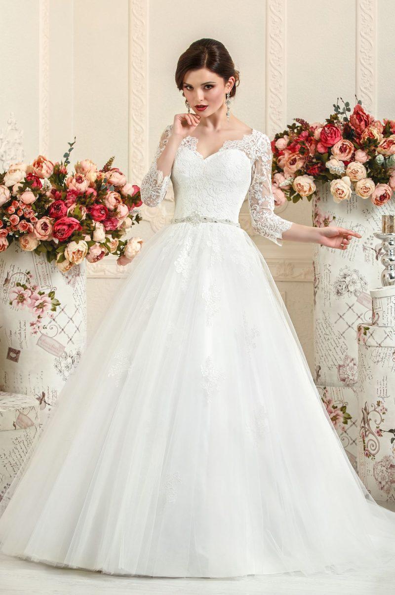 Пышное свадебное платье с кружевным верхом, V-образным вырезом и узким поясом.