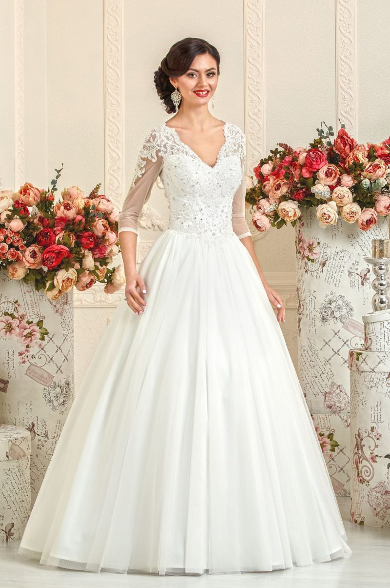 Женственное свадебное платье с рукавами три четверти и бисерной вышивкой на корсете.