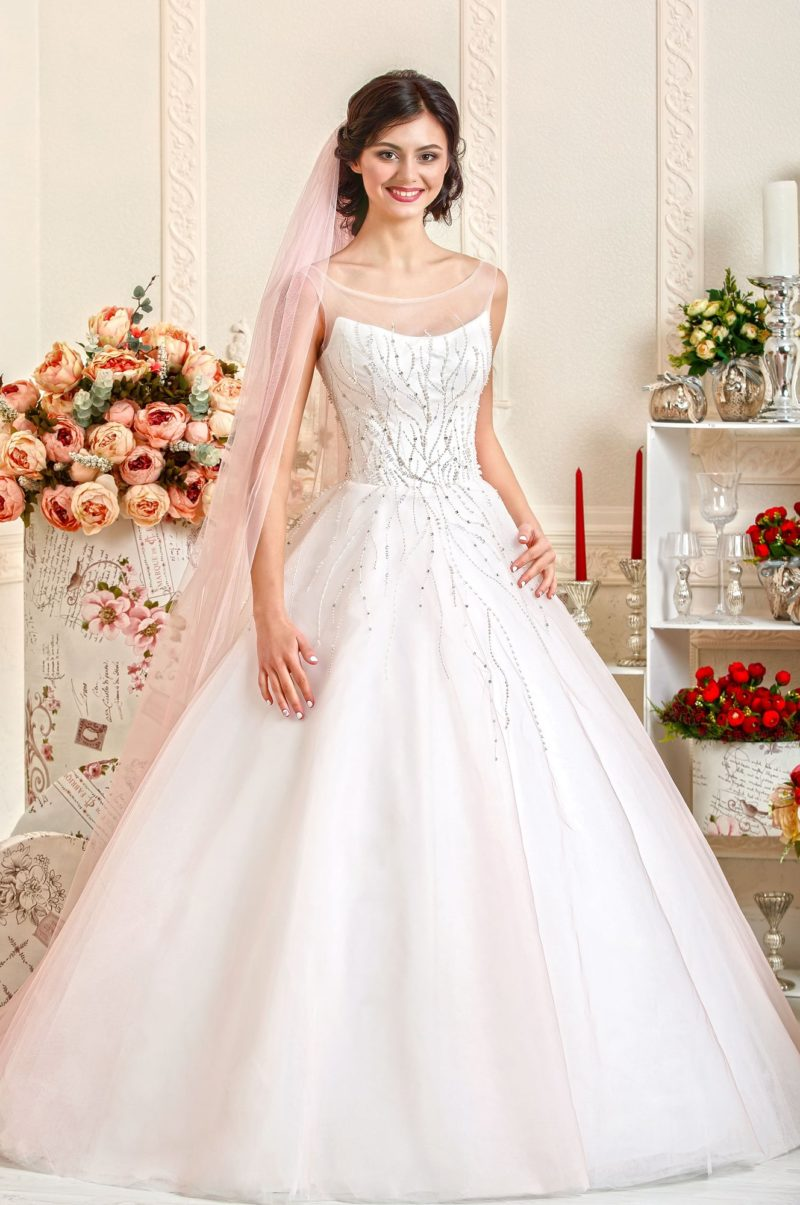 Свадебное платье А-силуэта с серебристой вышивкой по корсету и по верху подола.