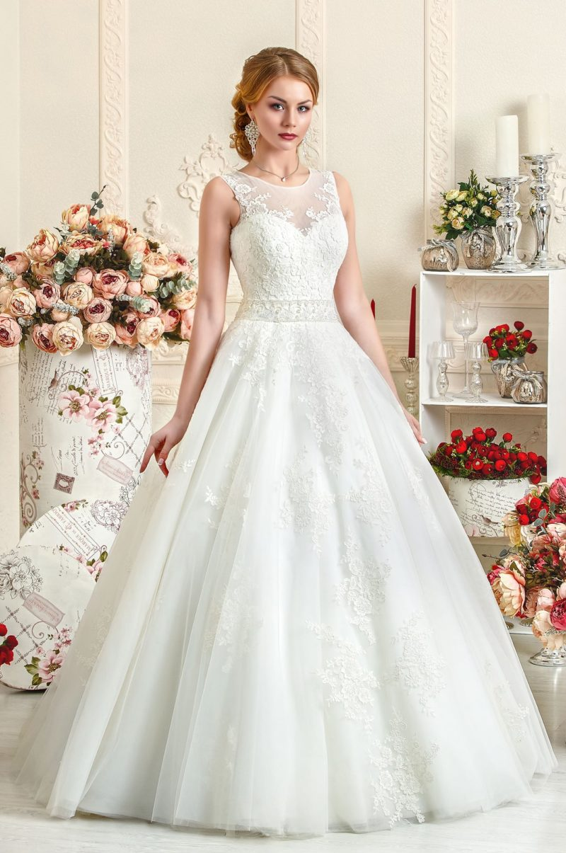 Свадебное платье с объемной юбкой «трапеция» и отделкой из плотных кружевных аппликаций.