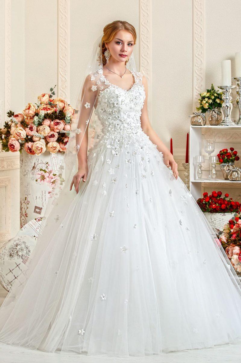 Необычное свадебное платье пышного кроя с верхом, полностью украшенным бутонами.