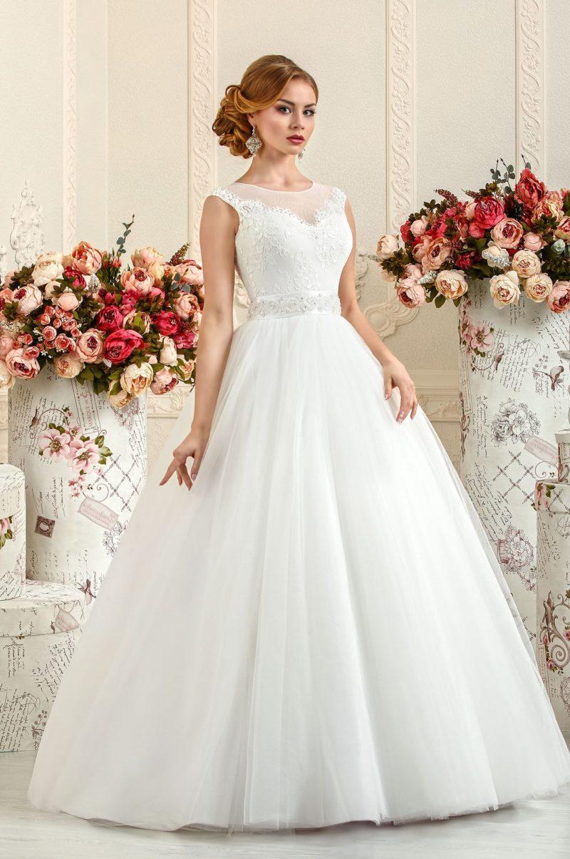 Нежное свадебное платье с закрытым верхом и атласным поясом, покрытым вышивкой.