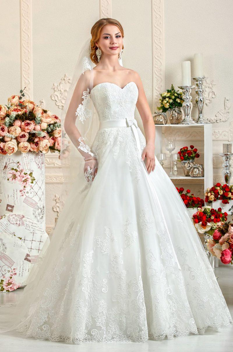 Великолепное свадебное платье с соблазнительным лифом, поясом и кружевной юбкой.