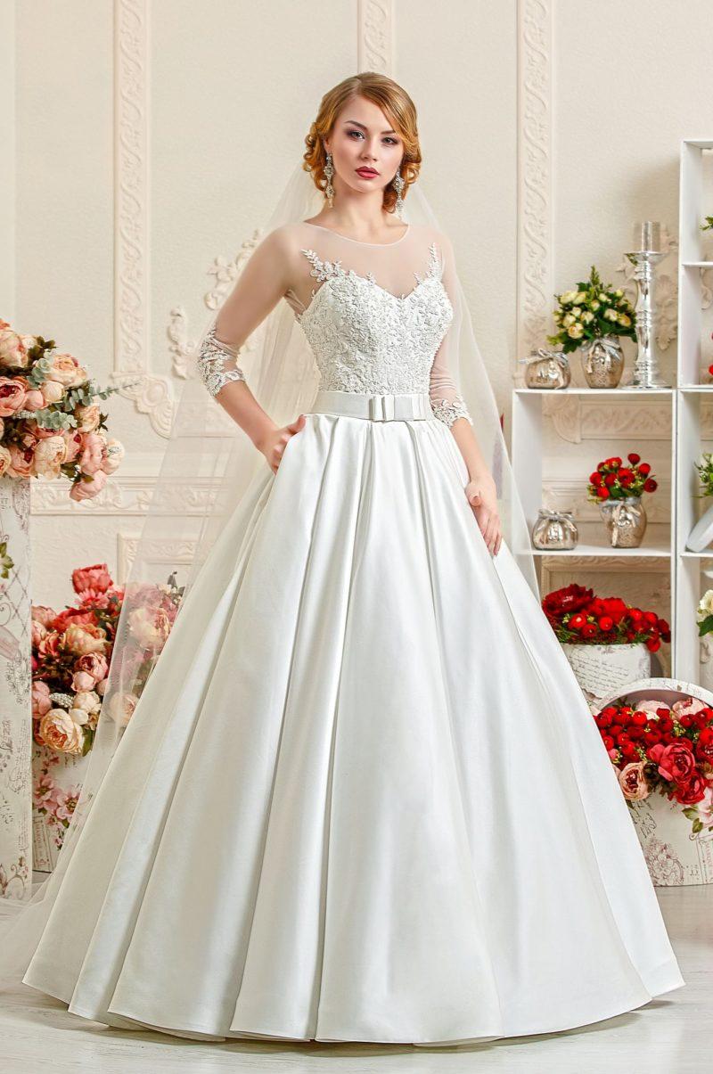 Великолепное свадебное платье с пышной юбкой и кружевной отделкой корсета с длинными рукавами.