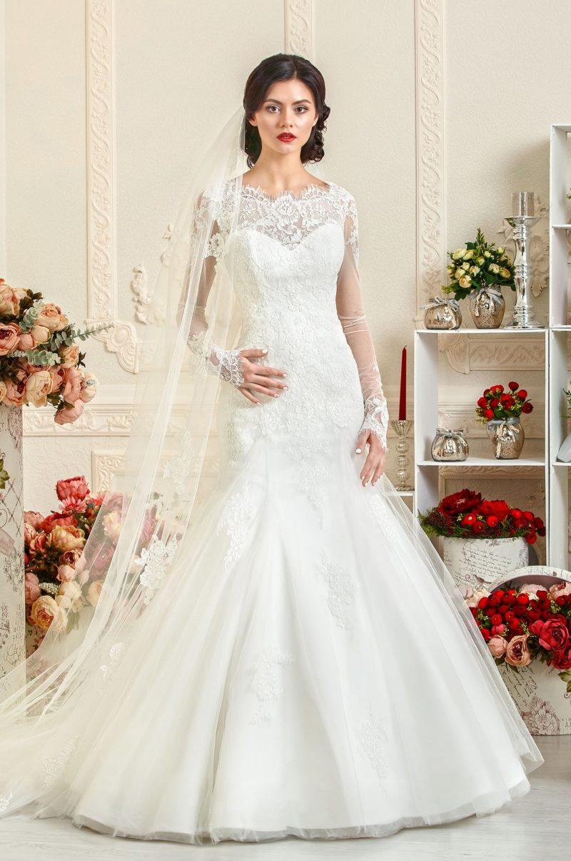 Облегающее свадебное платье с длинными кружевными рукавами и фигурным декольте.