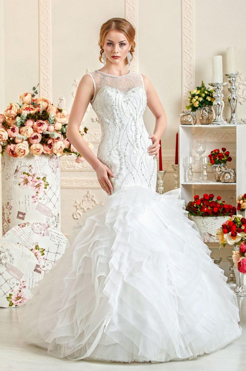 Незабываемое свадебное платье «рыбка» с многослойной юбкой и вышивкой по закрытому лифу.