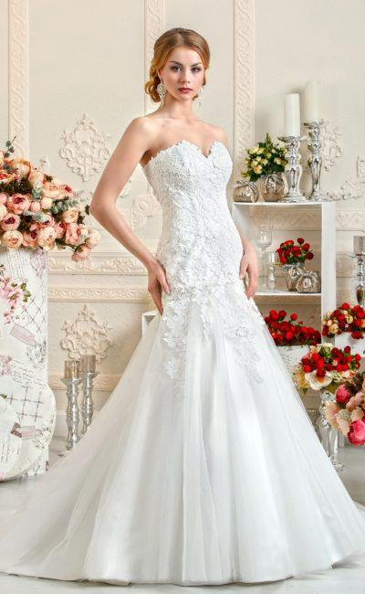 Фактурное свадебное платье «рыбка» с открытым корсетом, покрытым кружевом с крупным узором.
