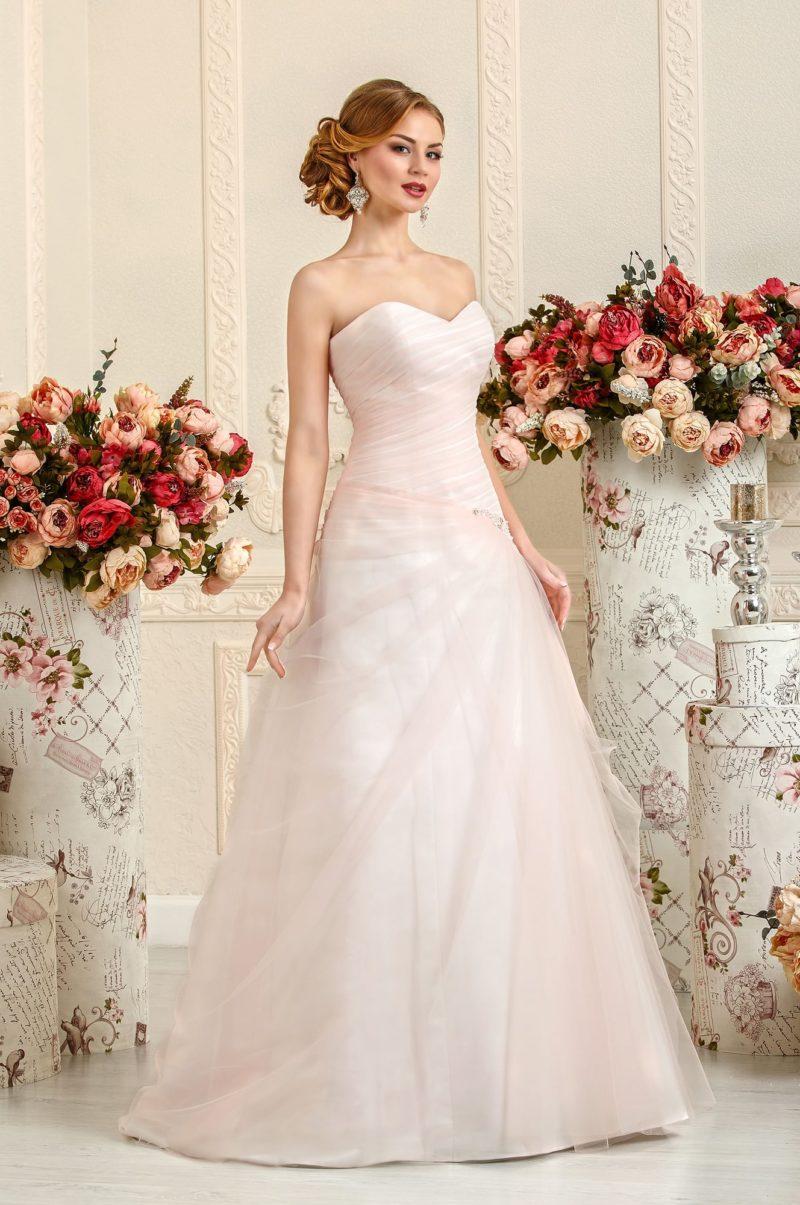 Нежное свадебное платье розового цвета с открытым корсетом и юбкой А-силуэта.
