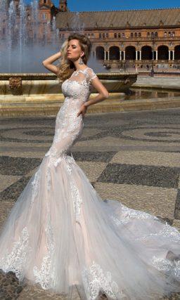 Свадебное платье «рыбка», выполненное из бежевой ткани с белой кружевной отделкой.