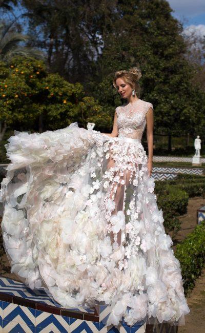 Стильное свадебное платье с объемной прозрачной юбкой с эксцентричным декором по подолу.