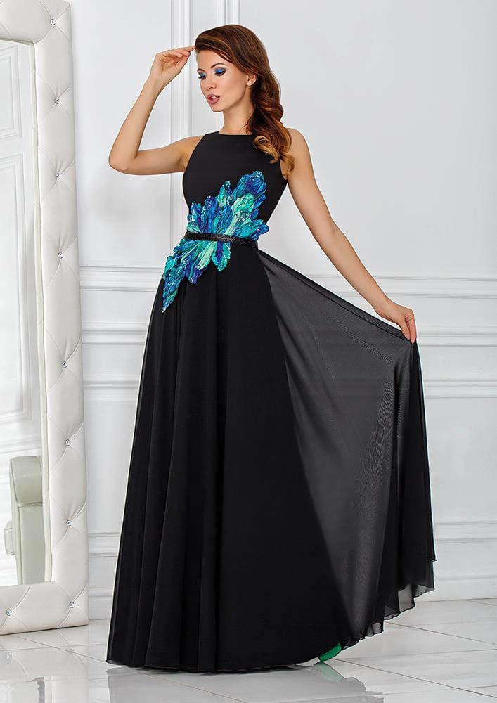Прямое вечернее платье черного цвета с эффектной синей отделкой по корсету.