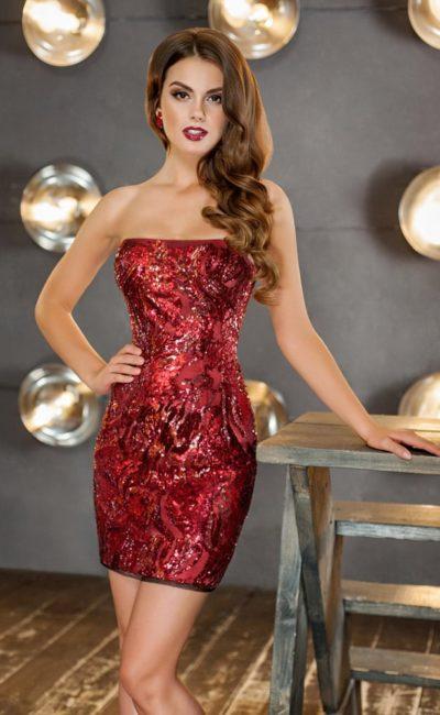 Бордовое вечернее платье-футляр с декором пайетками и прямым лифом.