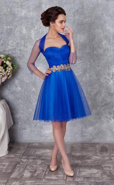 Синее вечернее платье с юбкой А-силуэта и полупрозрачным декором верха.