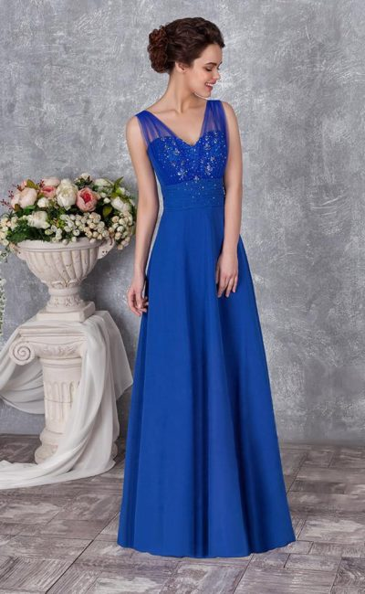 Прямое вечернее платье насыщенного синего цвета с V-образным вырезом.