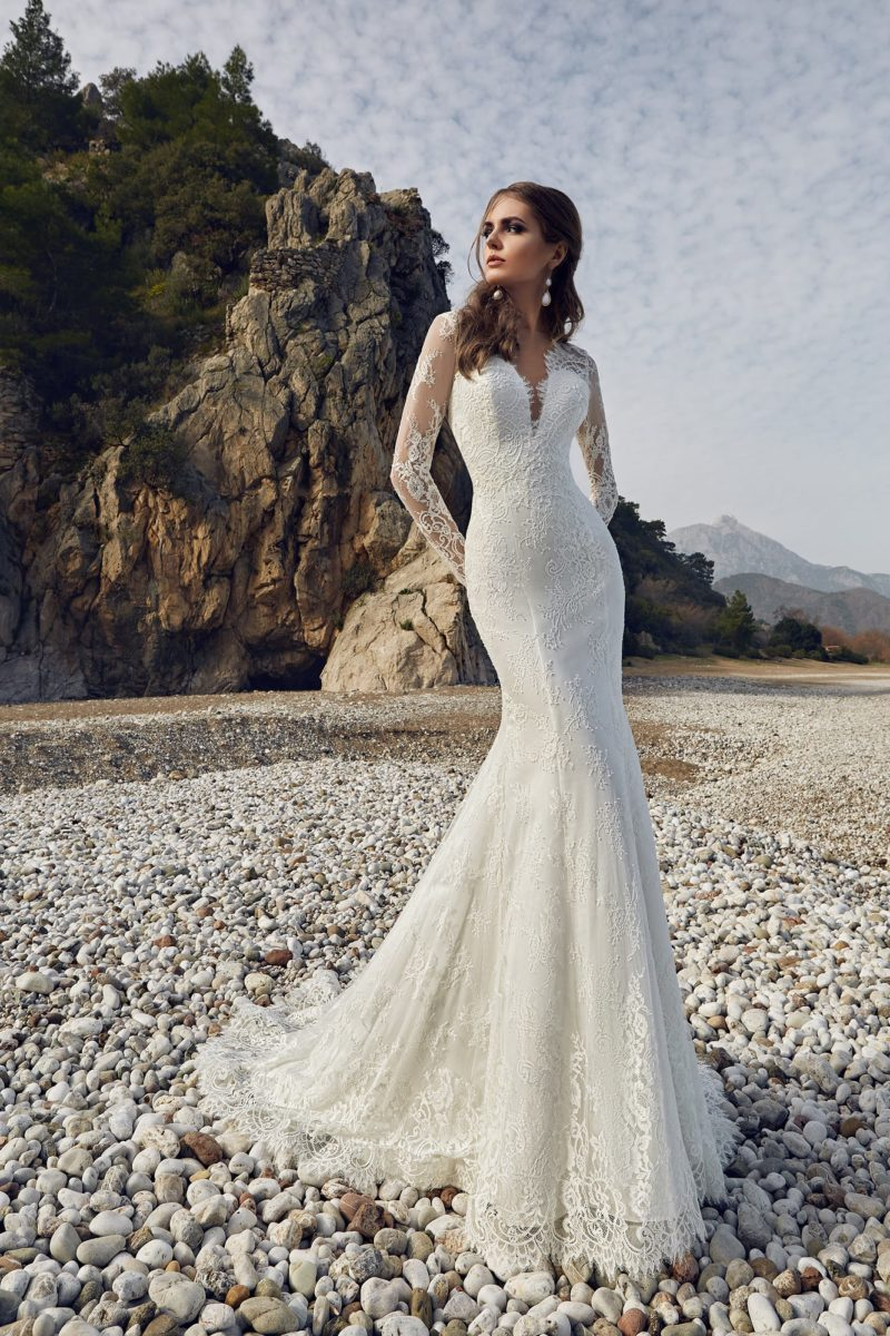 Чувственное свадебное платье с V-образным вырезом и юбкой силуэта «рыбка».