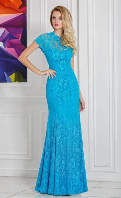 Голубое вечернее платье с кружевной отделкой и вырезом «замочная скважина» на спинке.