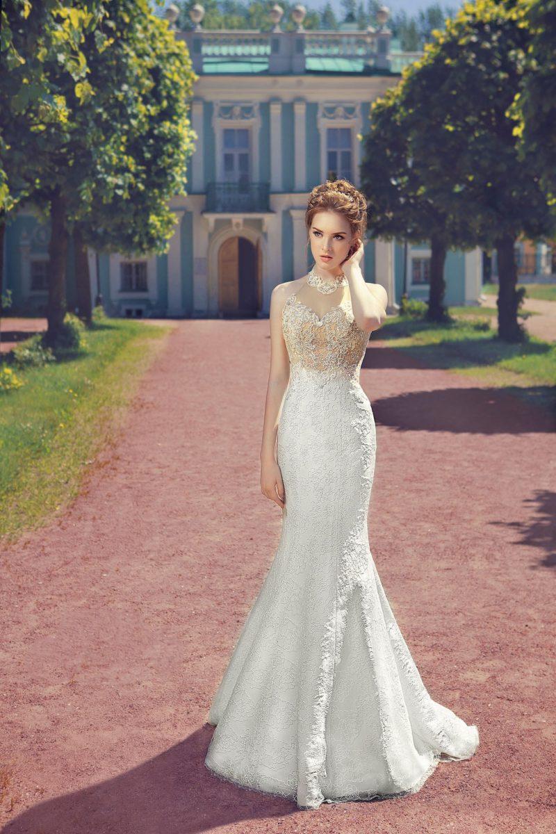 Чувственное свадебное платье «русалка» с кружевным лифом бежевого цвета и шлейфом.