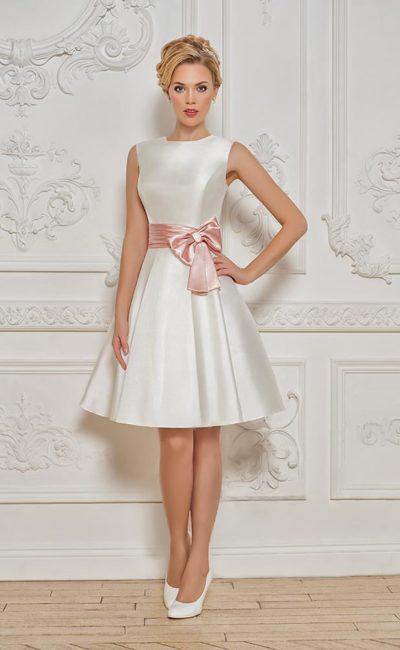 Закрытое вечернее платье из атласа с пышной юбкой до колена и розовым поясом.